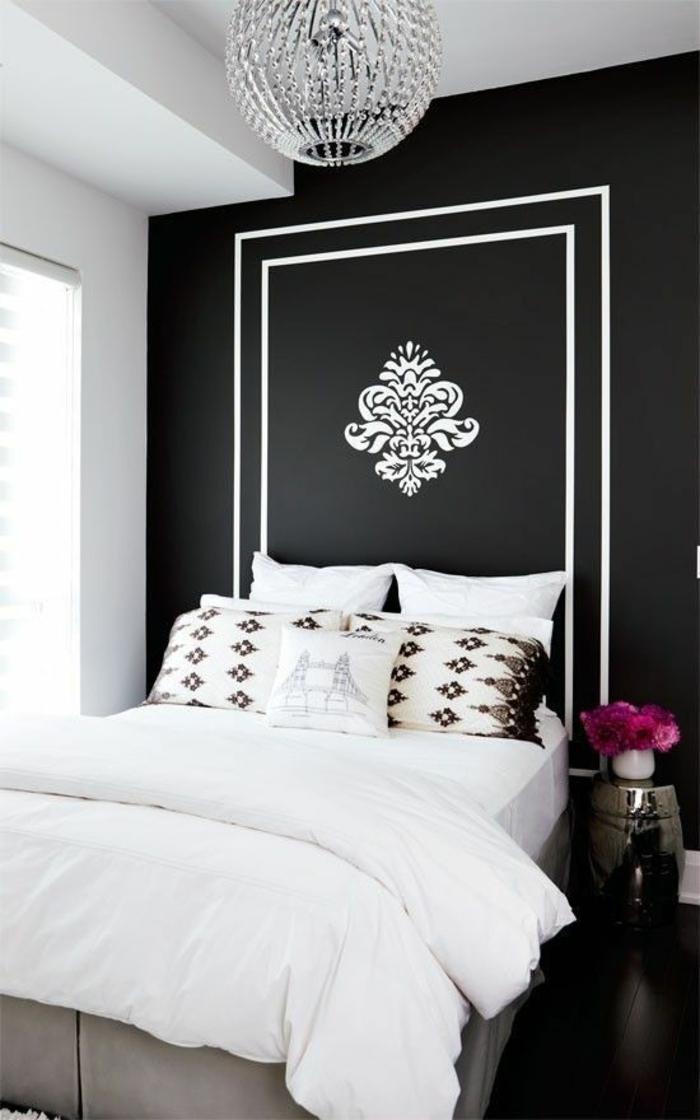 idee deco chambre en noir et blanc avec lustre en crystal décoration fleur de lys