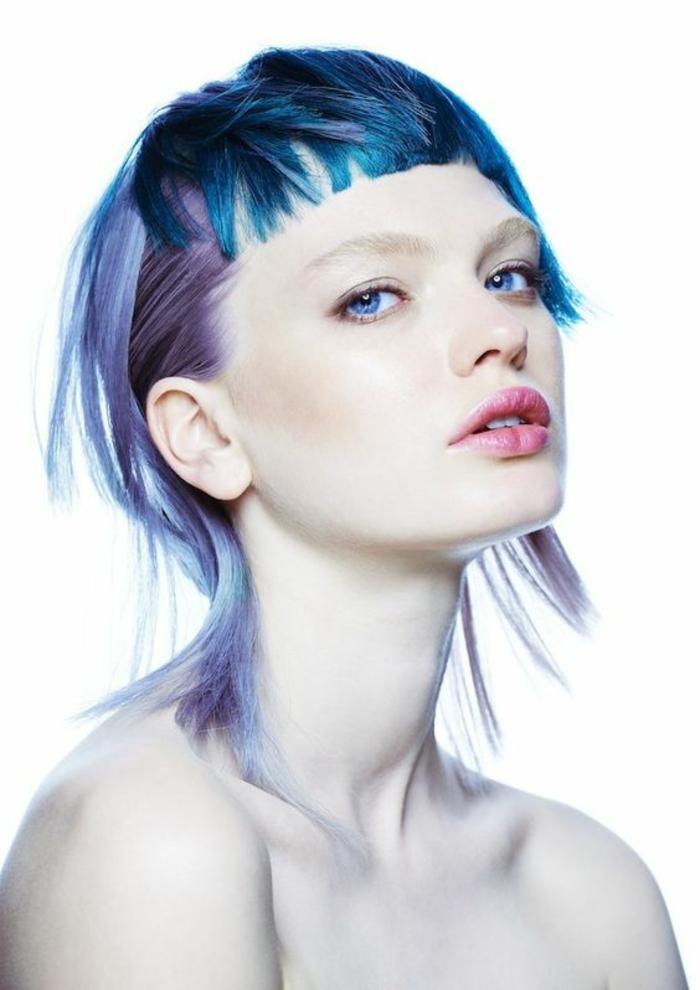 coupe asymétrique en nuances bleuatres effilée sur les bords avec frange courte