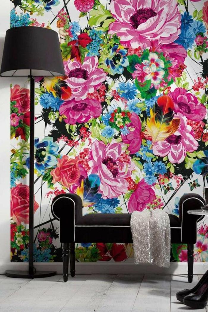 magenta mur fleuri dans un salon aux meubles noirs et au sol blanc lampadaire d angle noir au pied haut