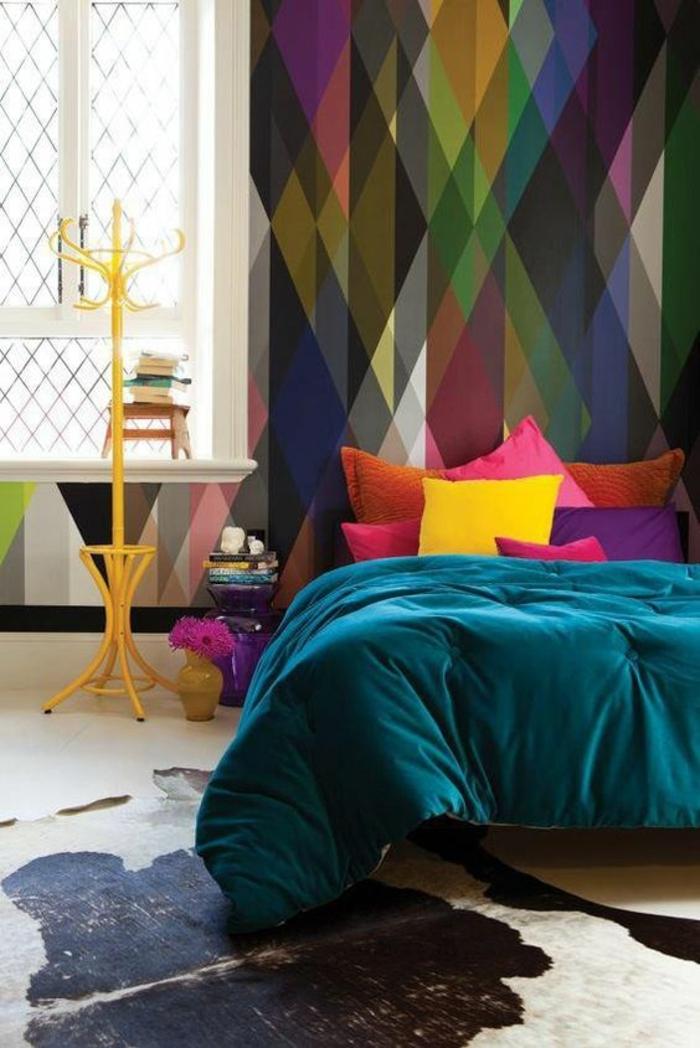 magenta color dans une chambre parentale avec des nombreux coussins colores