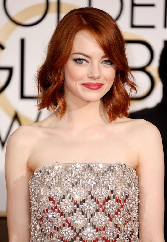 coupe femme courte, Emma Stone, carré plongeant court avec des ondulations, idée de coiffure vintage, cheveux roux