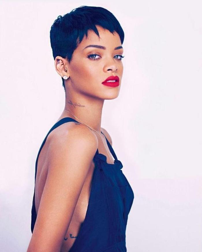 coupe courte femme, Rihanna, coupe garçonne, cheveux couleur noire, frange effilée, look de rock star
