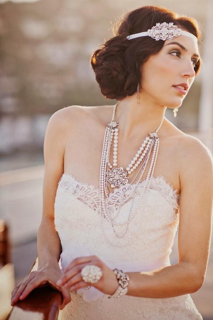 coiffure mariage cheveux mi long, collier en perles blanches, bague en perle, cheveux marron