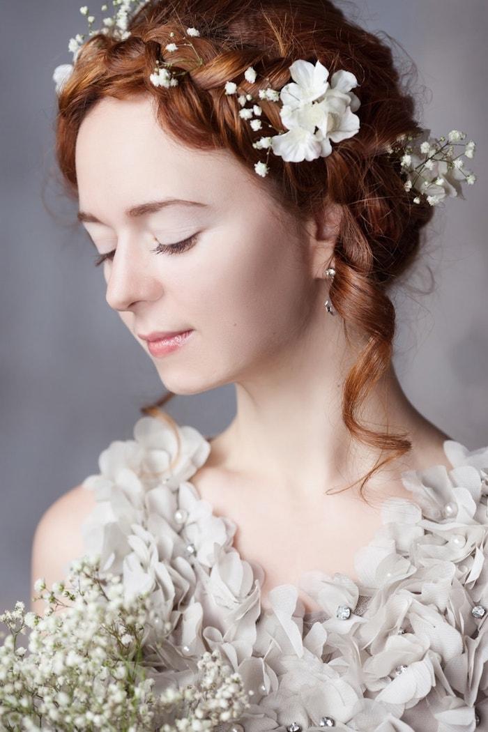 coiffure mariage cheveux long, couleur de cheveux orange, coiffure avec tresses et fleurs