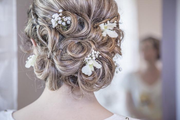 coiffure mariage cheveux long, couleur des cheveux châtain avec mèches, coiffure avec fleurs dans les cheveux