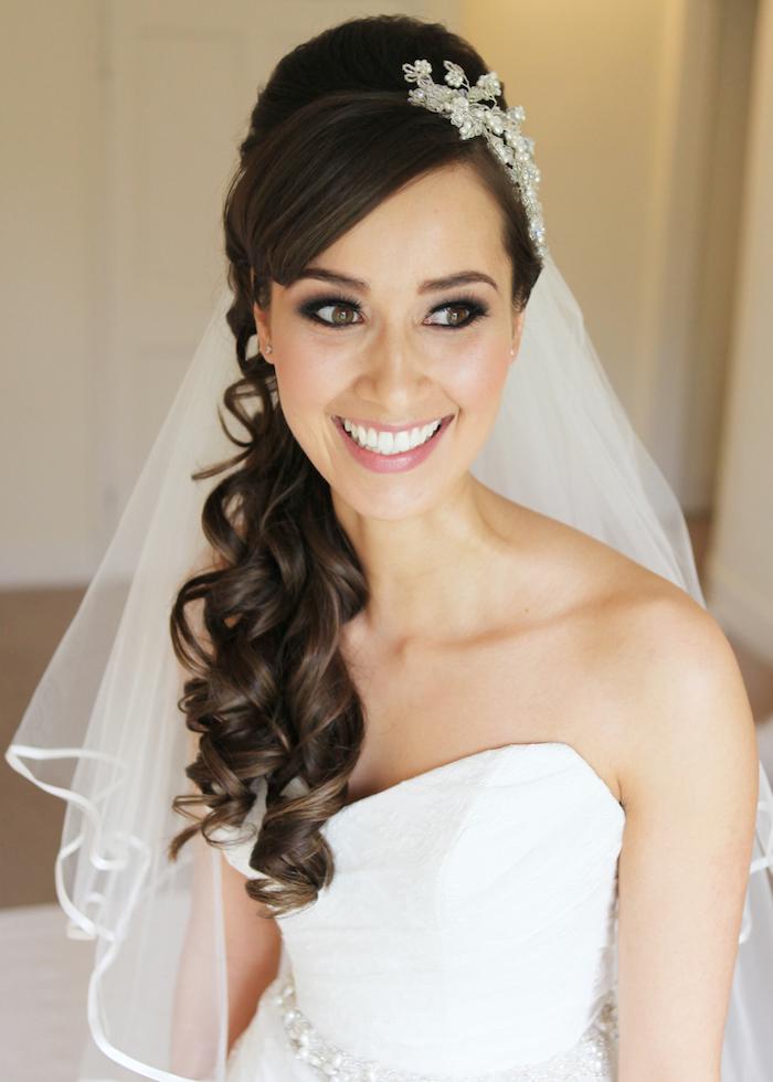coiffure mariage cheveux long, couleur de cheveux noirs, coiffure avec voile de mariée longue