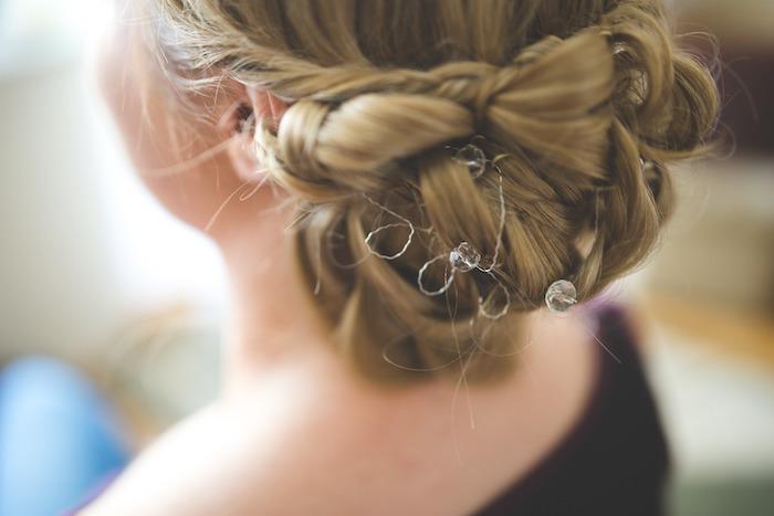 coiffure mariage cheveux long, chignon en tresse, accessoire cheveux, couleur de cheveux blond doré