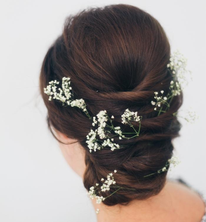 coiffure mariage cheveux long, couleur de cheveux marron, coiffure mariée avec fleurs