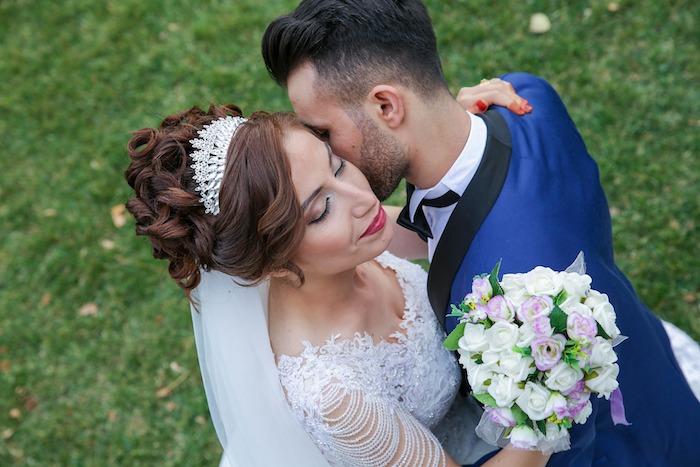 coiffure marriage, cheveux attachés, boucles, diadème princesse en cristaux