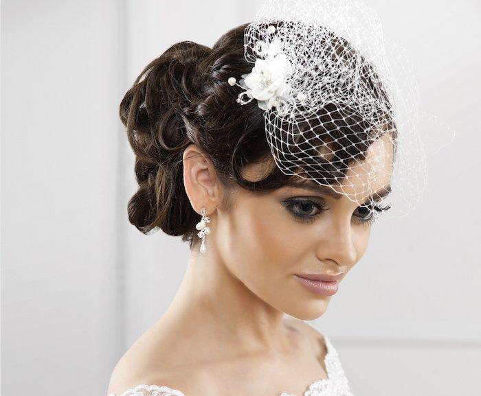 coiffure marriage, couleur de cheveux noirs, coiffure avec voile de mariée courte, lèvres nude