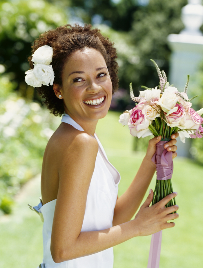 coiffure marriage, robe de mariée, cheveux frisés, couleur de cheveux marron