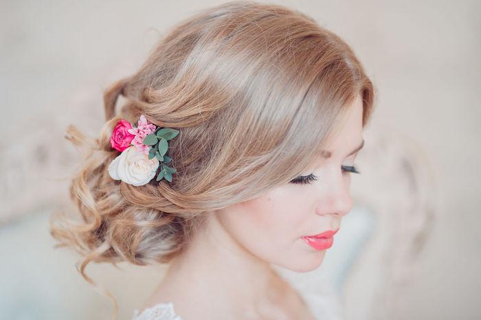chignon bas marriage, couleur de cheveux blond foncé, roses dans les cheveux