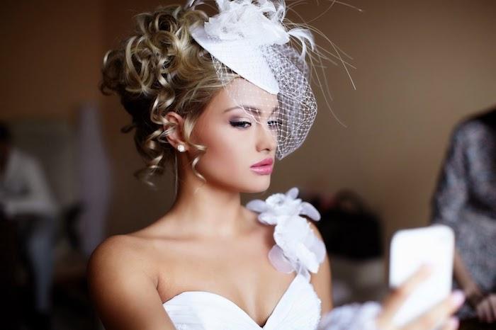 coiffure mariée, voile de mariée courte, fard à paupières rose, robe de mariée avec bretelle en fleurs