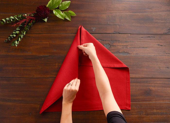 decoration de table, instructions pour maîtriser la technique origami, comment plier une serviette