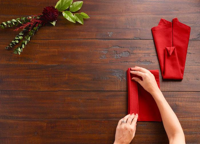decoration de table, instructions en images pour maitriser la technique origami, nappe de table rouge