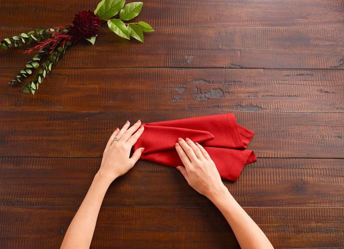 nappe de table, guide avec images pour apprendre à plier une serviette rouge
