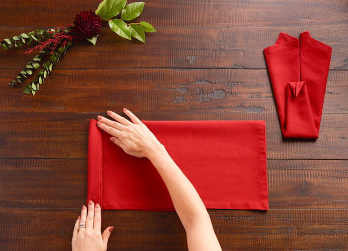 decoration de table, étapes avec angles de pliage, nappe de table rouge rectangulaire, origami avec serviette en tissu