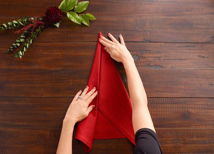 diy deco noel, pliage de serviette rouge en tissu, instructions pour maîtriser l'art origami