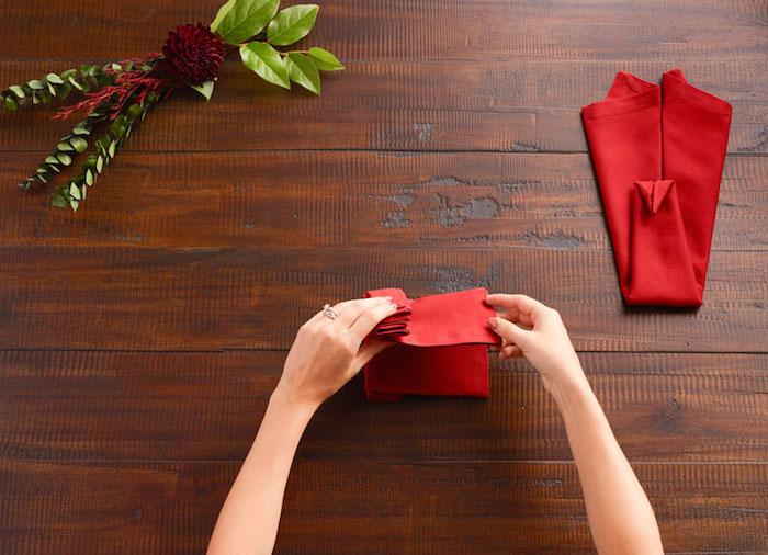 tuto pliage de serviette, origami facile pour décorer la table, nappe rouge en forme oiseau