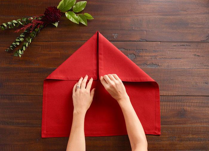 diy deco, comment plier une serviette en tissu étape par étape, table en bois marron