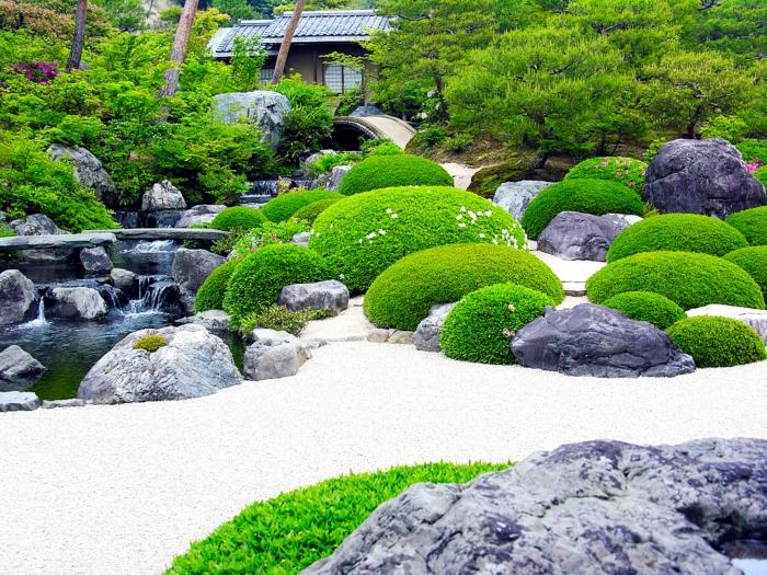 aménager son jardin zen japonais, chemins de gravier, arbustes et buis verts, cascade d eau avec un bassin, arbres japonais