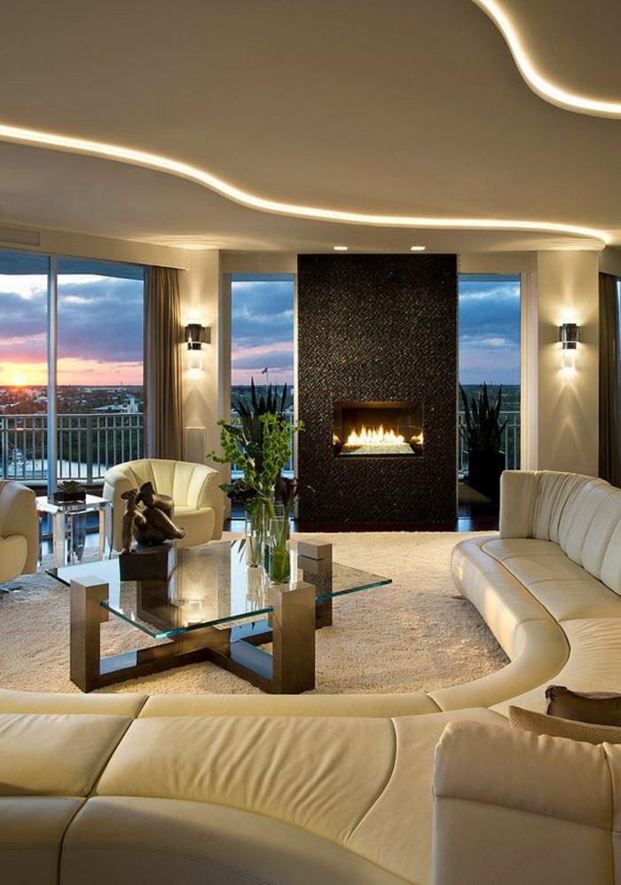aménager un petit salon, éclairage contemporain, cheminée murale originale, table en verre et métal