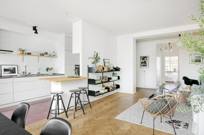 idée de cuisine semi ouverte blanche qui s ouvre sur un salon blanc, avec tapis gris, chaises scandinaves et parquet clair, petit bar avec tabourets noirs, étagère noire