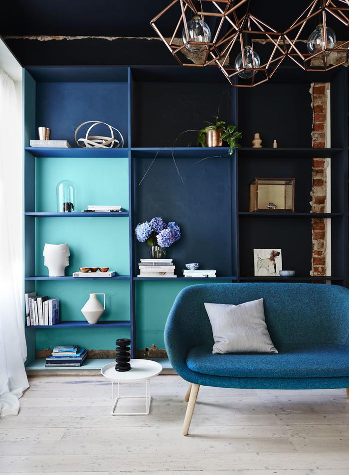un salon moderne d'esprit loft qui adopte différentes nuances de la couleur canard pour un effet ton sur ton original