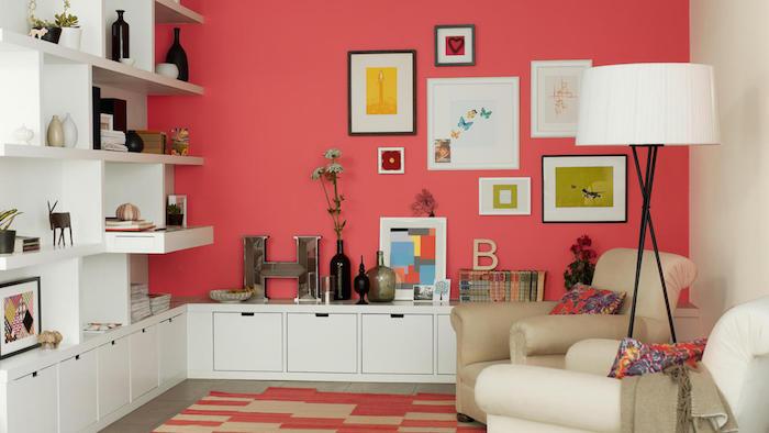 peinture mur salon rose corail couleur vive et meubles blancs