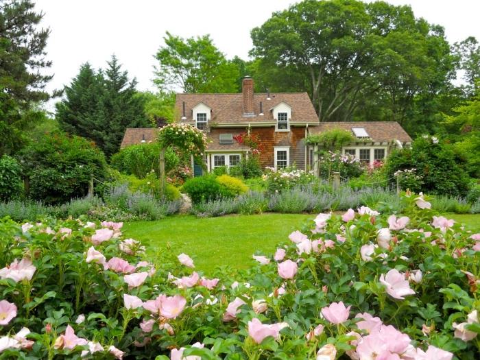 comment aménager son jardin, gazon vert entourée d arbustes fleuris et de fleurs, maison de campagne, cadre naturel vert