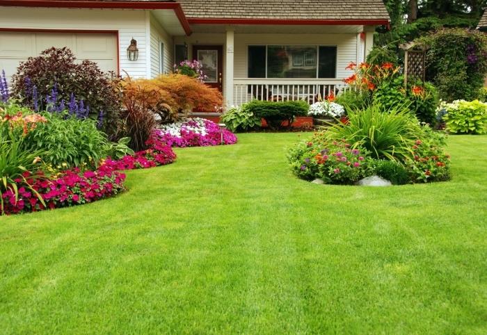 aménager son jardin, exemple d amenagement gazon vert, arbustes et parterres de fleurs, maison de campagne, jardin à la française