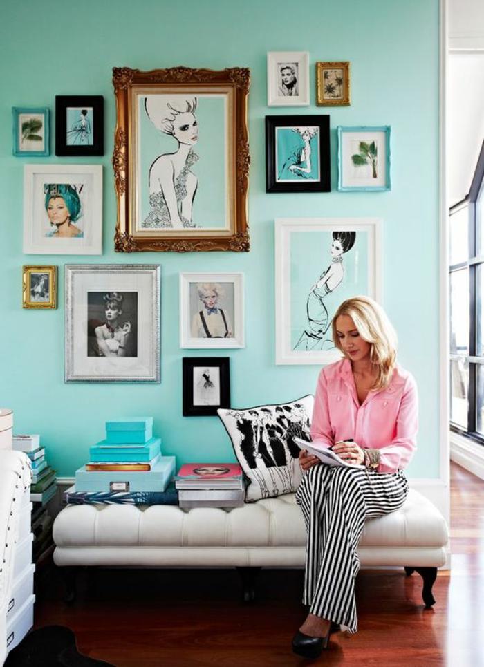 petit canapé en bois avec coussin d assise blanc, mur peinture vert d eau, décoré de cadres, photos, dessins de femme, petit coin féminin