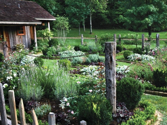 idée de génie jardin, gazon, carré potager, carré fleuri, clôture poteaux en bois et chaines, jardin fleuri de plusieurs arbustes et fleurs, maison de campagne, cadre pastoral