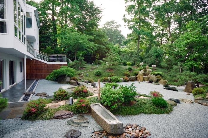 comment aménager un jardin zen japonais, gravier, pierres, végétation verte, arbres arbustes, plates couvrant sol, maison moderne