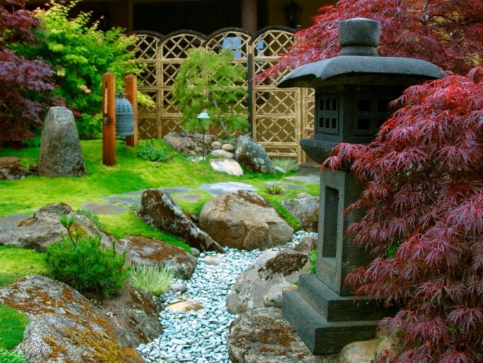 idée de génie jardin zen japonais, une lanterne en pierre, rivière de galets et rochers, pelouse verte et arbres bas