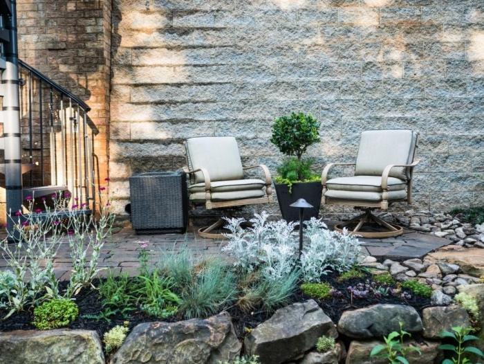 idee deco jardin a faire soi meme, un patio, chaises pivotantes, espace repos en plein air, pierres et rochers avec quelques arbustes, exemple de jardin sec
