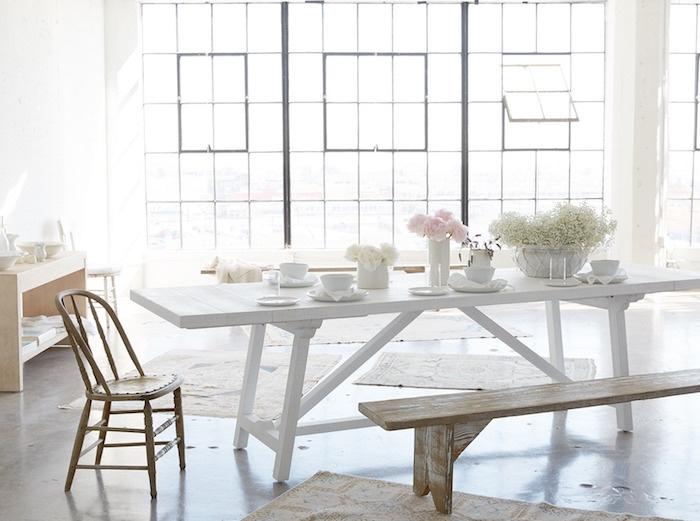 shabby chic amenagement salle à manger, table blanche, banc en bois brut, grosses fenêtres et beaucoup de lumière, meubles en bois, vaisselle blanche, deco florale