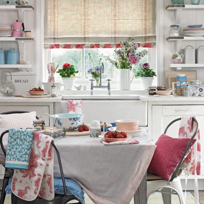 shabby chic cuisine, façade cuisine blanche, vaisselle blanche et en couleurs pastel, nappe campagne chic, chaises en metal, deco florale