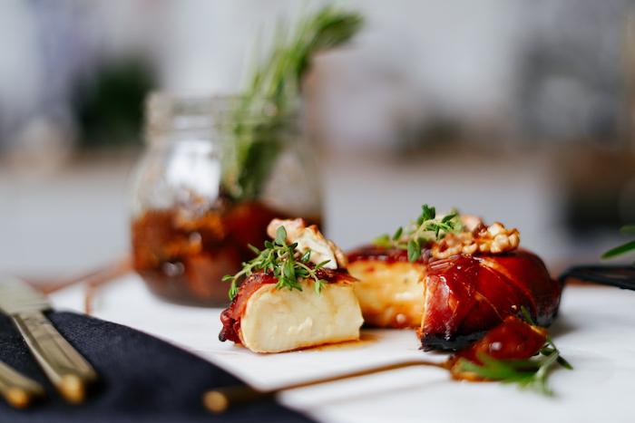 apéritif originale entrée à partager recette brie au four enrobé de prosciutto avec noix thym ail et confiture de figues