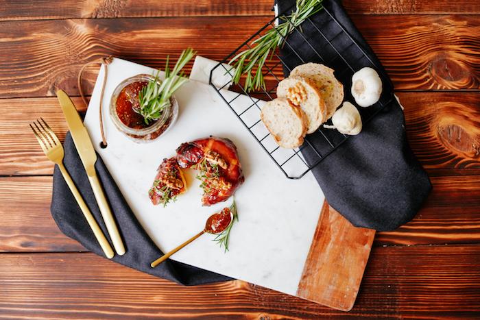 apero dinatoire chic brie au prosciutto avec des noix et confiture de figues et du thym frais recette entrée originale et raffinée