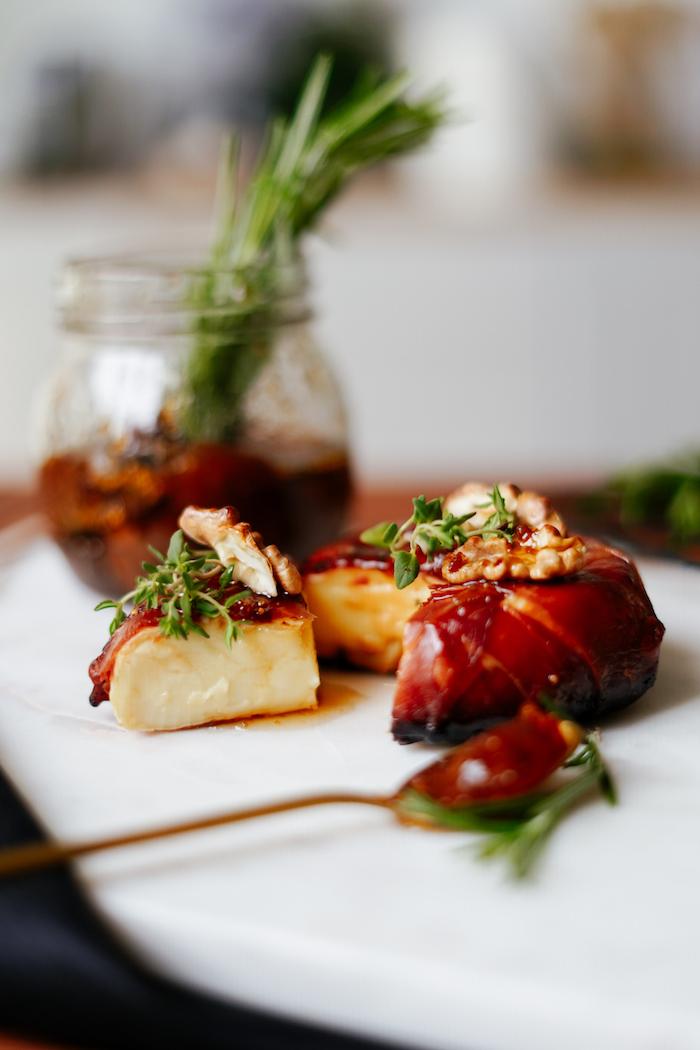 apero dinatoire chic repas à partager entre amis brie enrobé de prosciutto avec du thym frais noix confiture de figues pour garnir