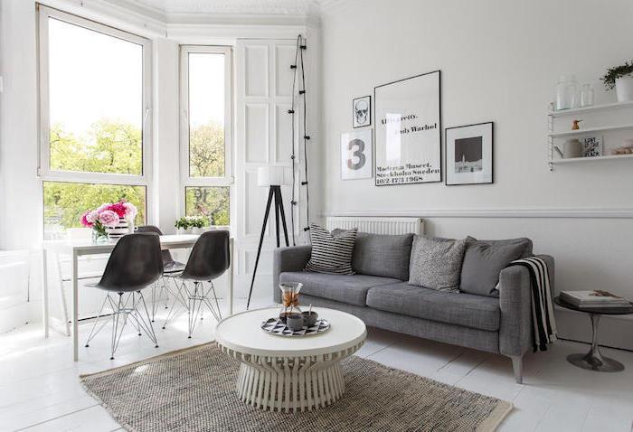 deco salon style scandinave, étagères en bois peintes en blanc, art prints avec cadres noirs, table basse en blanc