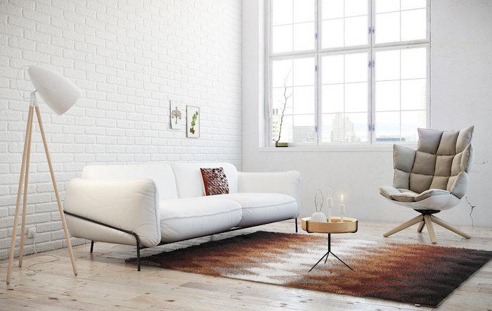 salon scandinave, parquet en bois clair, lampe sur pied en bois, petite table basse en bois, fauteuil en cuir gris