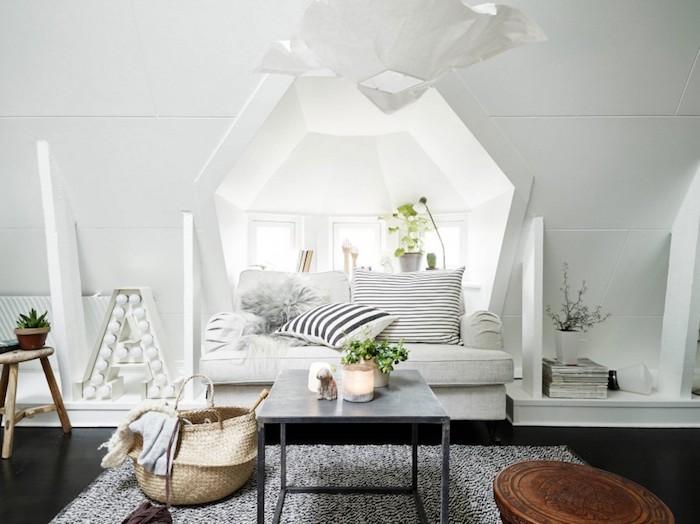 tapis scandinave, suspension luminaire origami, panier en fibres végétales, coussins rayés en blanc et noir