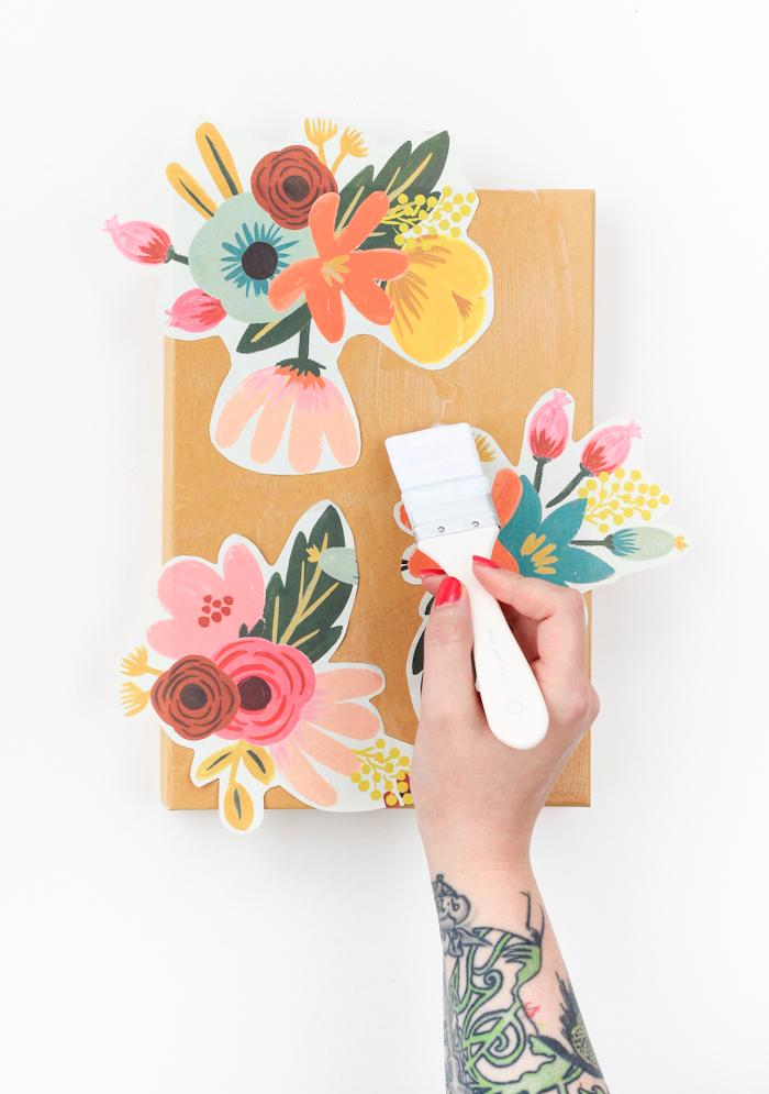 appliquer des motifs floraux en papier decopatch sur la boite a chaussures pour faire une astuce rangement soi meme, faire adhérer avec du vernis colle