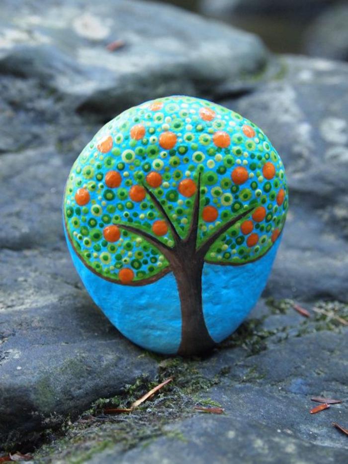 l'art de la peinture sur pierre, joli dessin sur galet qui représente un arbre stylisé
