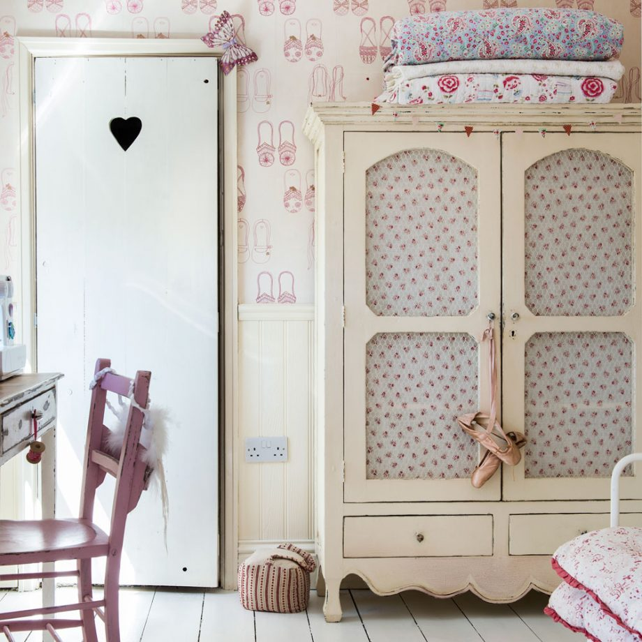 decoration chambre shabby chic avec armoire vintage patinée, lit en metal, bureau et chaise rose, papier peint imprimé intéressant, parquet blanchi