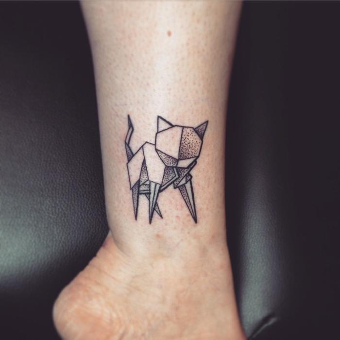 joli tatouage géométrique à motif chat réalisé en pointillé à la cheville