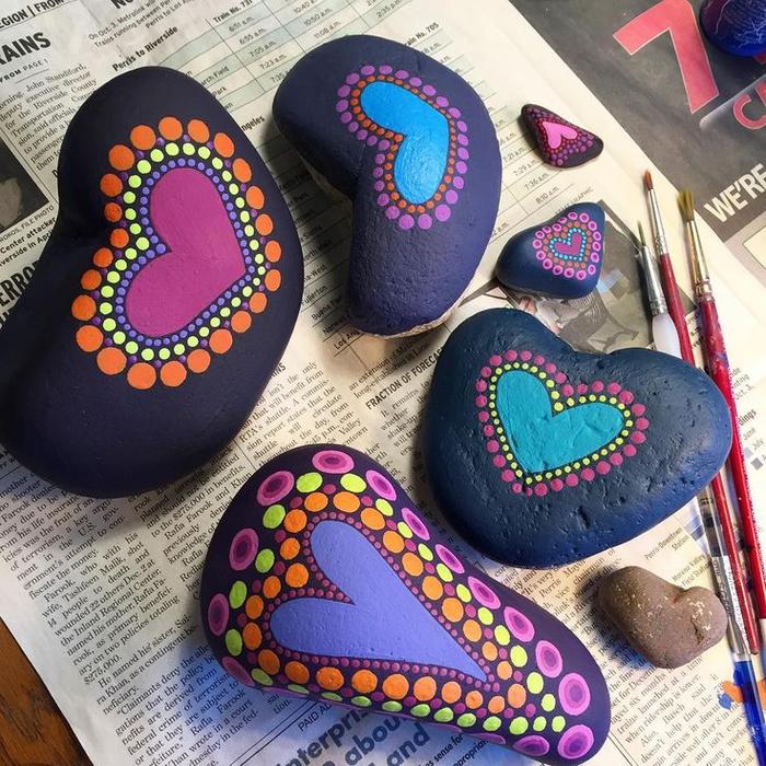 réalisez un dessin sur galets qui suit le contour de la pierre, des dessins mandala en forme de coeur