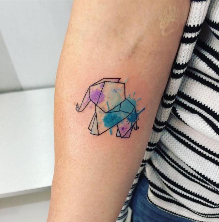 un délicat tatouage aquarelle à forme géométrique représentant un éléphanteau origami